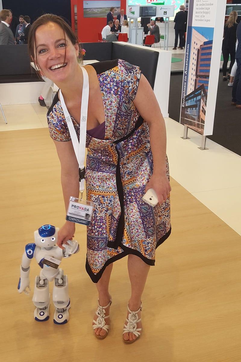 Event-Roboter zu Fuß mit einem Roboter