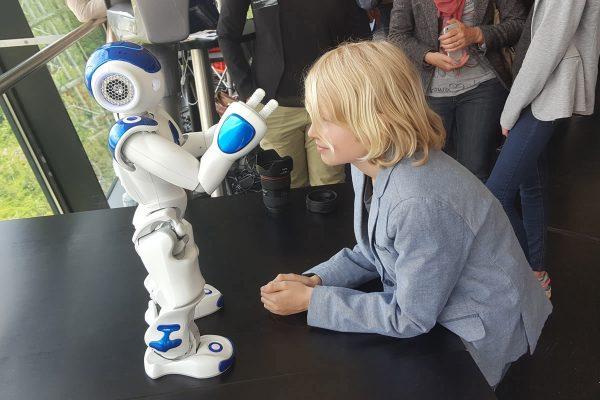 Kinder, fasziniert von Robotern