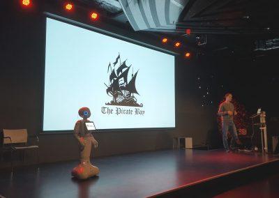 Pepper Roboter als Co-Gastgeber auf der Bühne