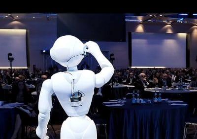 Roboter auf der Bühne bei einem Innovationsevent
